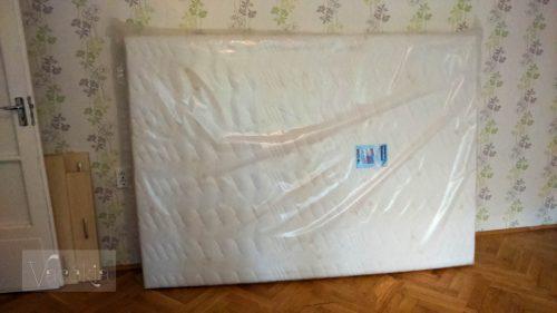 A matrac már az új lakásba érkezett