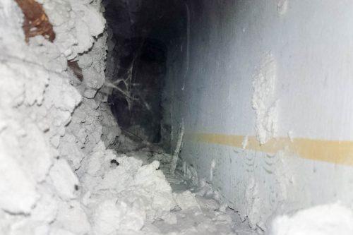A falon túl (a benti, sötét rész a cső)