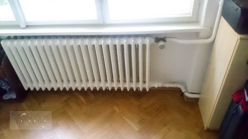 Régi ablak és radiátor a nappaliban