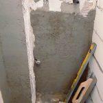 A vécé mögötti burkolást nem szívesen bontottuk volna vissza a hiányzó vízkiállás miatt