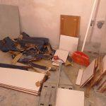 Csempevágás a konyhában. Egy vágás egy mozdulat, miután a megfelelő helyre került a csempe.
