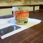 A javításhoz szükséges eszközök: fakitt, spakli és papír