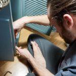 Rudi visszaszerelte az ajtó eredeti, mágneses vasalatát