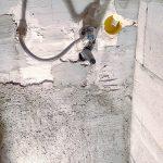 A bojler konnektorának szerelődoboza a vécé mögötti falon