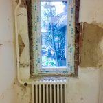 Szűk kis ablak lett, de azért átereszti a fényt