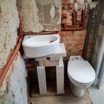 Falépítéskor figyelembe vettük, hogy a vécé melletti falszakaszt mennyivel hosszabbítja meg a becsukott harmonikaajtó