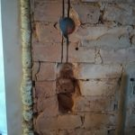 Itt lesz a bejárati ajtó melletti lámpakapcsoló és alatta 2 konnektor