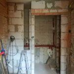 Közben az ajtónyílás fölötti lukat is betömték, már csak az üvegtéglás rész van hátra a falépítésből