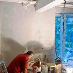 Ezen a falon lesz a százéves fésülködőszekrény, Samu kutya helye és a bárszekrény