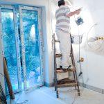 Festés közben a frissen letett padlóburkolatot papírréteg védte