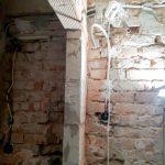...az új vezetéket ezen a falon kell áthúzni...