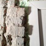 Az ajtónyílás bal oldalán még látszanak a csálé téglák