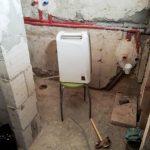 A száradást a párátlanító gépünkkel segítettük: a csövét a zuhanyzó lefolyójába tettük