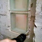 Utólag rájöttünk, hogy az alsó üvegtéglát ki kell műteni...