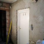 A bejárati ajtó körül is kész a vakolás