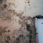 Az ajtó melletti falon levő lukakat is elkezdték kiegyenlíteni