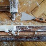 A krétafesték a csiszolt/nyers felületekhez ragaszkodott jobban, a lakkosról könnyebben lejött