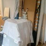 Az ágykeretnek dől a vetítővászon, a konyhai munkapult és miegymás