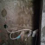 A vécé és a bojler mögött egyre kevésbé látszik a téglák alakja