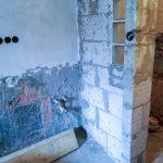 A konyhai vízkiállás környéke szárító vakolatot kapott