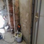 ...ezért a bojlert egy fém keretre tesszük fel, hogy megerősítsük a falat