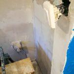 A fürdőszobai kapcsoló ennél kulturáltabban néz majd ki (a régről maradt dolgokat használjuk a felújítás alatt)