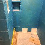 Kezdődik az épített zuhanyzó csempézése