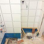 Kész a vécé mögötti csempézés