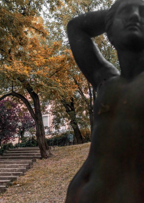 Apolló istenség szobra - a hivatal épülete mögött készültek az esküvői fotók