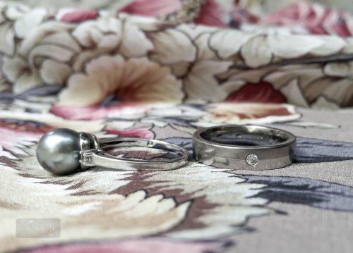 A gyöngyös gyűrű 1,5-2 mm vastag, a karikagyűrű viszont 4mm-es