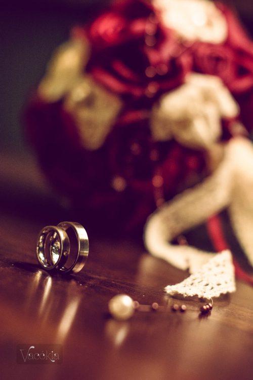 Gyűrű és csokor az esküvő napján (kép: Juhász Alíz)