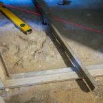 A mérés alapján a kis tégladarabok teteje lesz az új padlószint