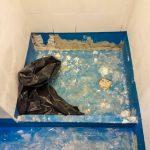 Levésegették a fal aljának kitüremkedéseit, mielőtt az épített zuhanyzót burkolták