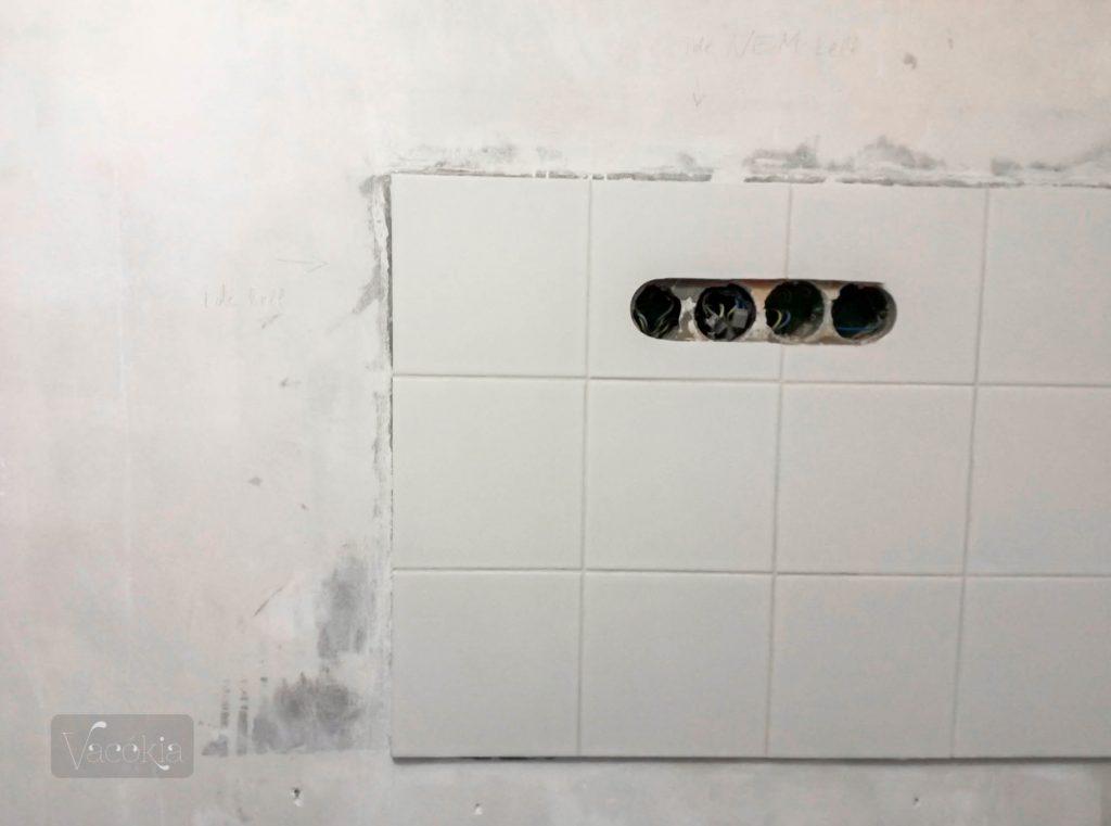 A teakonyha csempéje csak oldalt kapott glettet, mert felsőszekrény lesz a falon