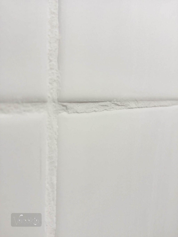 Fehér csempe + fehér fuga = egyszerű, letisztult kép (lenne egy ideális világban)