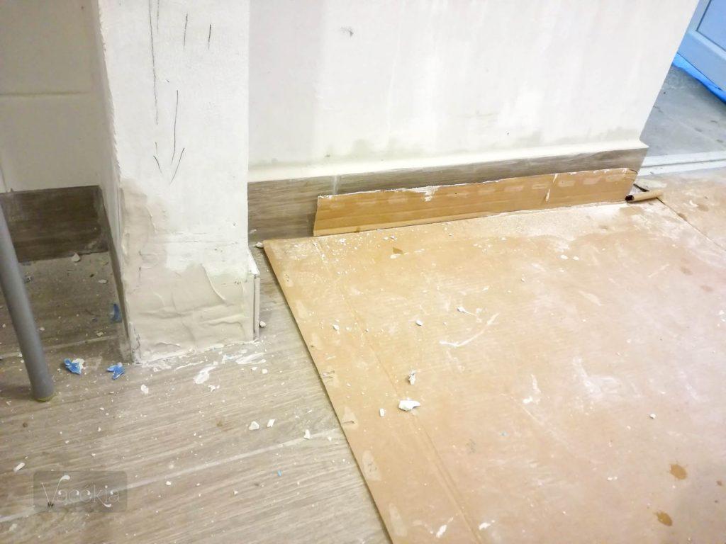 A kis falra szereljük az ajtót, ezért nem kerülhet oda lábazat