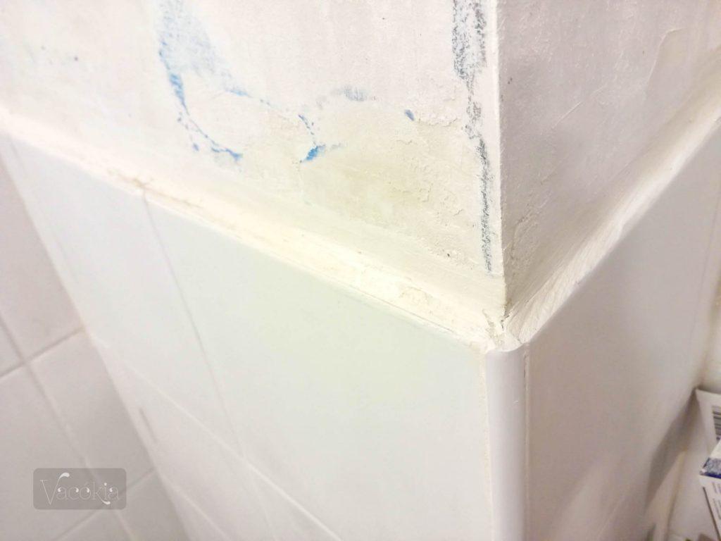 A fürdőszobai csempe tetejét is hasonlóan gletteltük