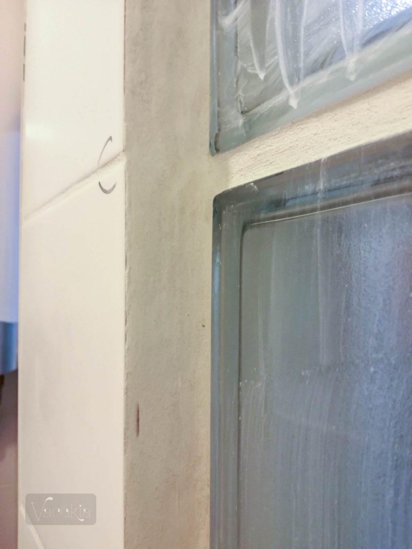 A cél: ne látsszon ki a csempe széle és elfedjem az üvegtéglasor egyenetlenségeit