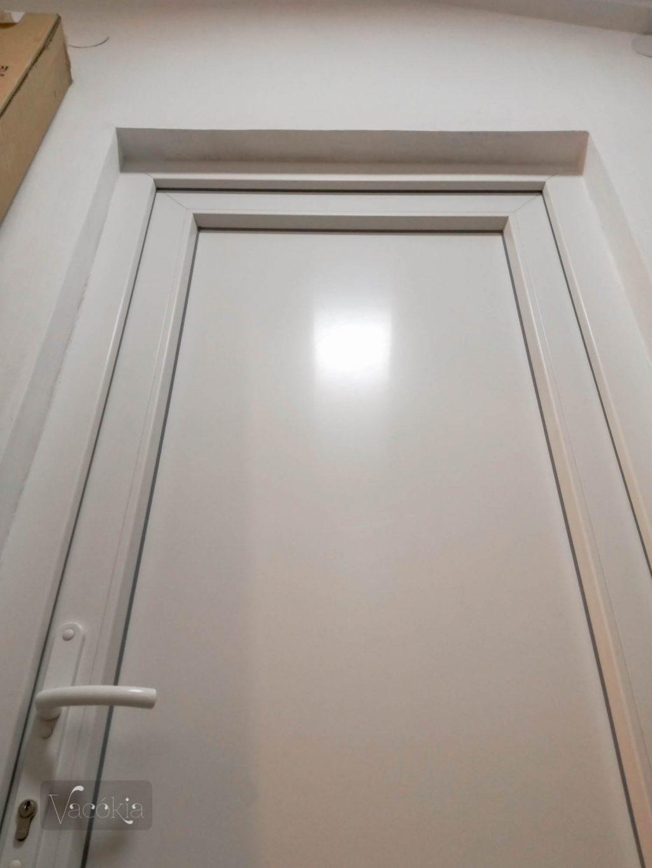 Tádá, szép fehér lett az ajtó és a keret is