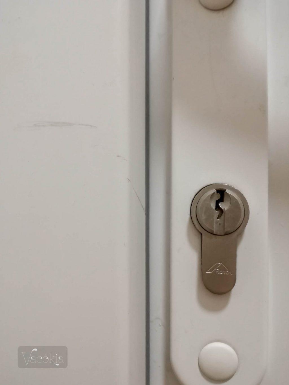 Felújítás közben megsérült sajnos az ajtó