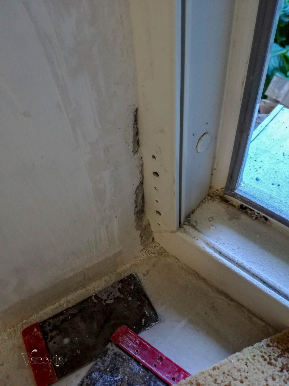Rudi leszedte az ablakot, hogy körülötte is normálisan glettelhessünk