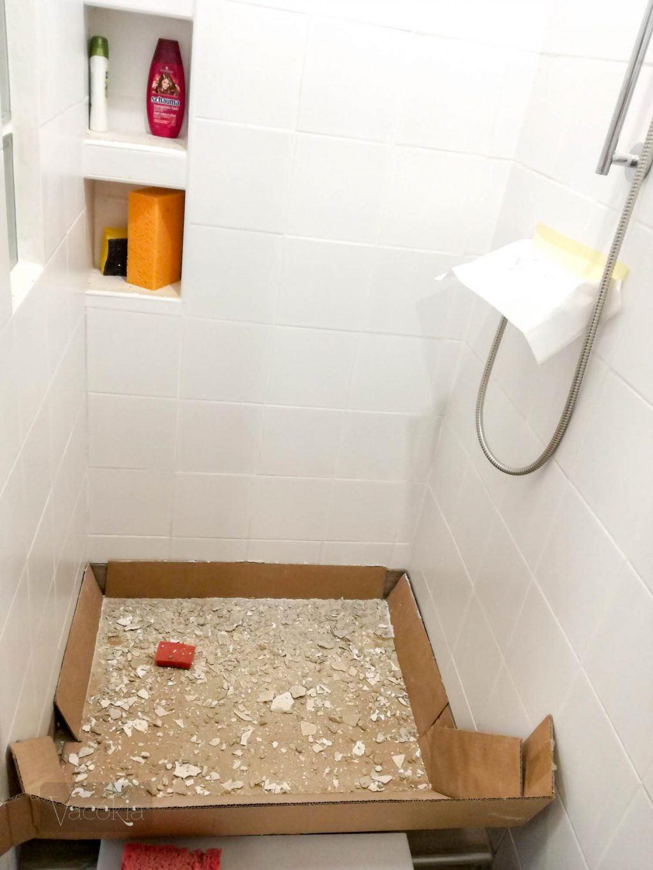 Karton védte a törmeléktől az épített zuhanyzót és a lefolyót